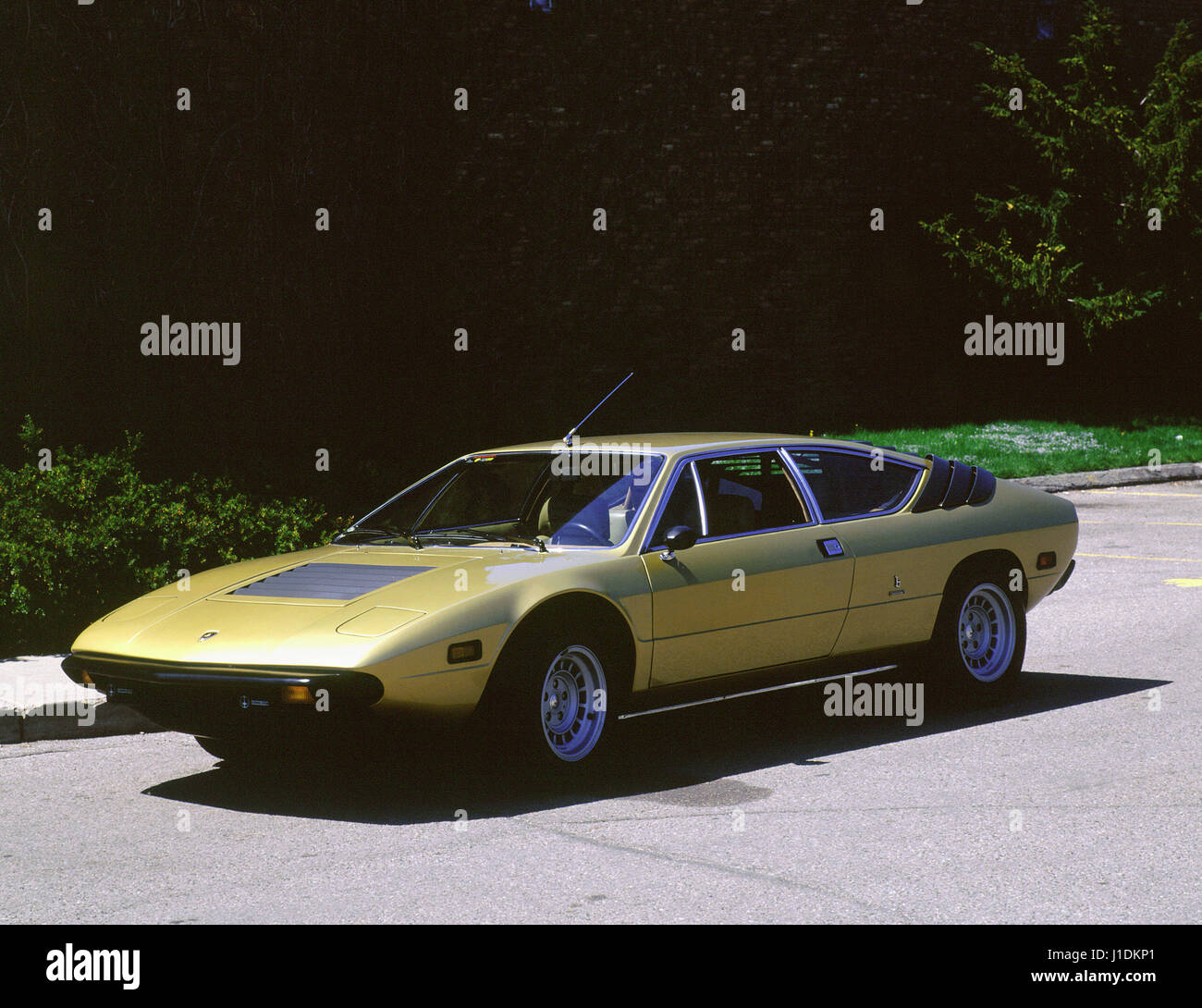 http://l7.alamy.com/comp/J1DKP1/1975-lamborghini-urraco-p300-J1DKP1.jpg