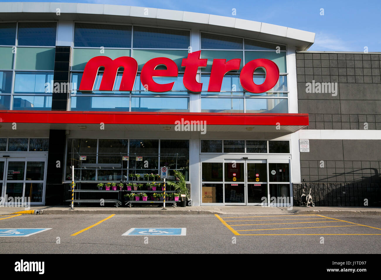 a-logo-sign-outside-of-a-metro-inc-retail-grocery-store-in-north-york-J1TD97.jpg