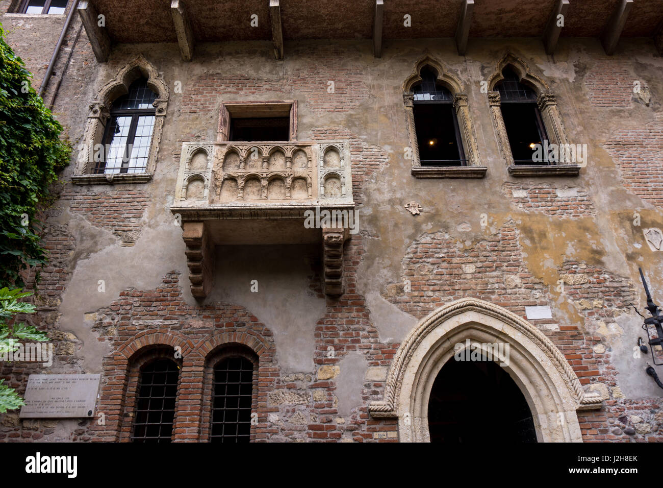 Casa di giulietta stock photos casa di giulietta stock for Famous balcony
