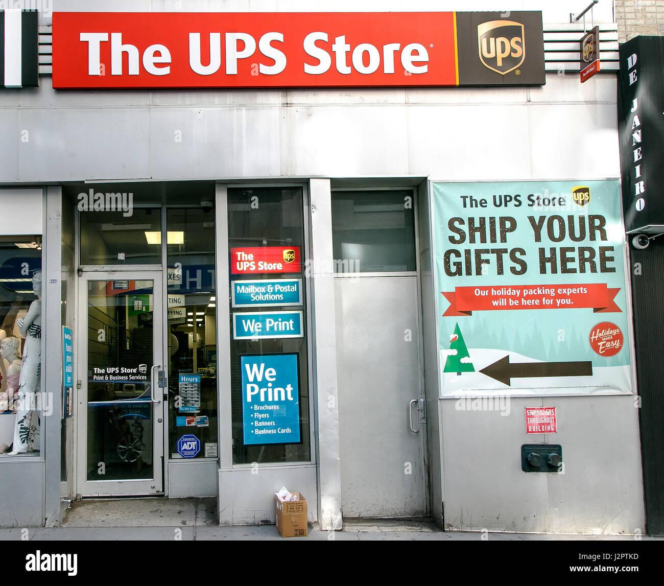 Glass door ups store - New York April 28 2017 A Ups Store In Downtown Manhattan