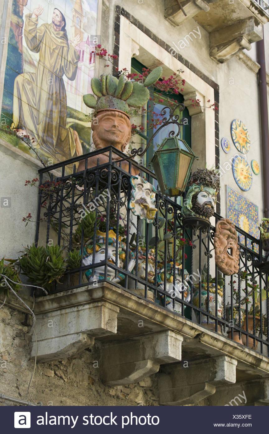 Italien Insel Sizilien Taormina Wohnhaus Balkon Blumentopfe
