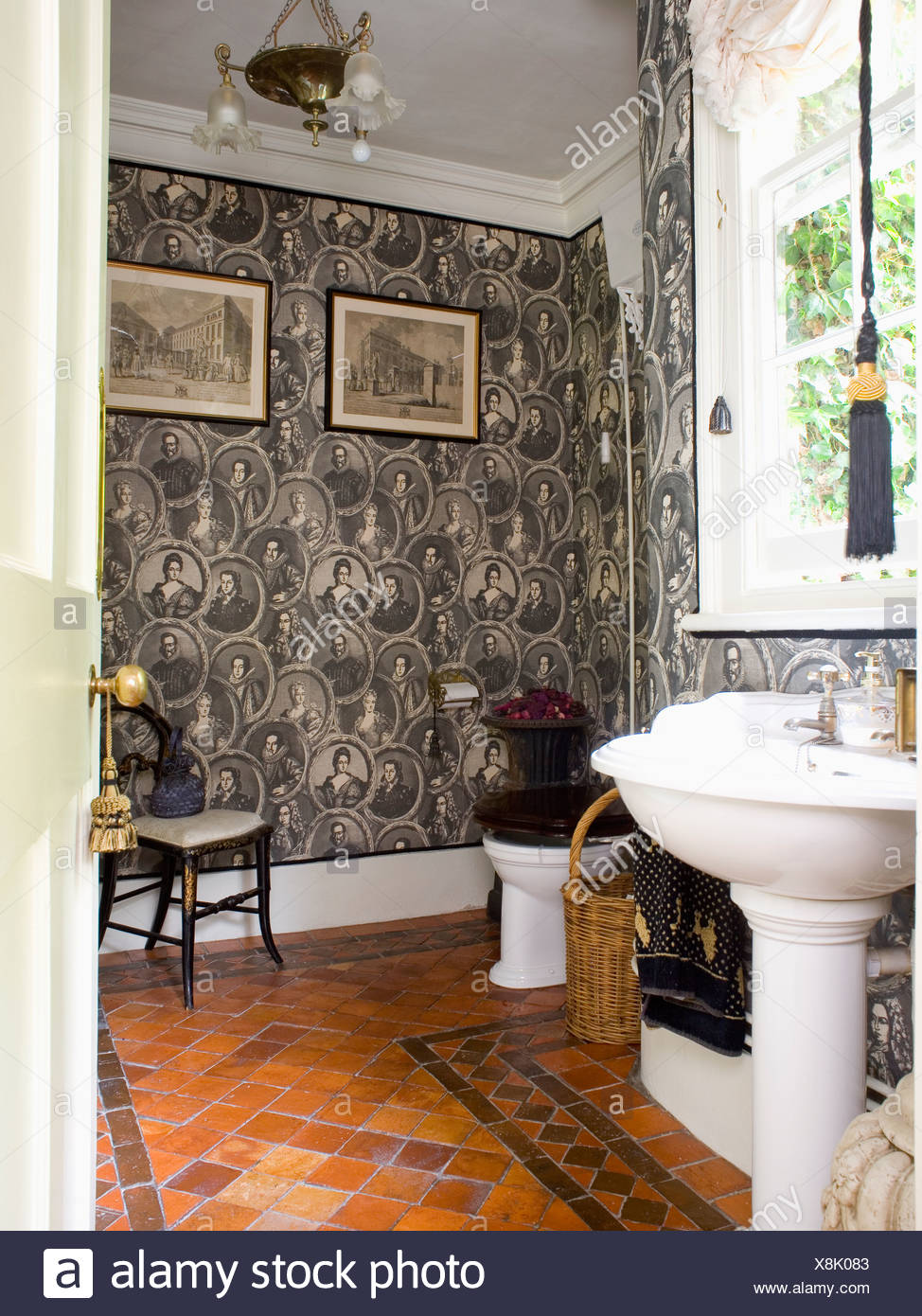 Etonnant Black+white Figurative Wallpaper In Traditional Bathroom With Quarry Tiled  Floor And White Pedestal Basin