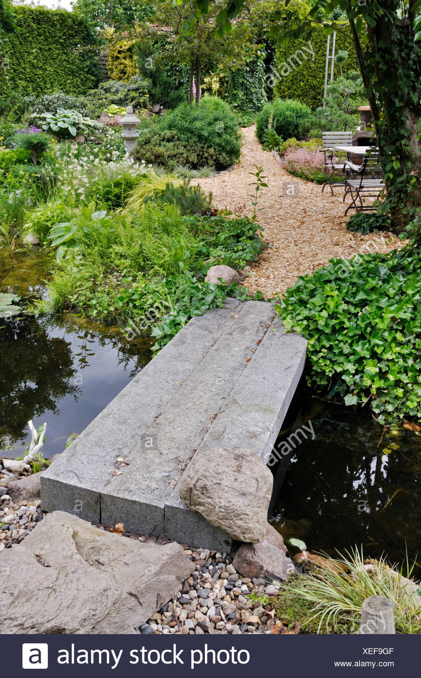 GARDEN POND WITH STONE BRIDGE. DESIGN: MARIANNE AND DETLEF LUEDKE