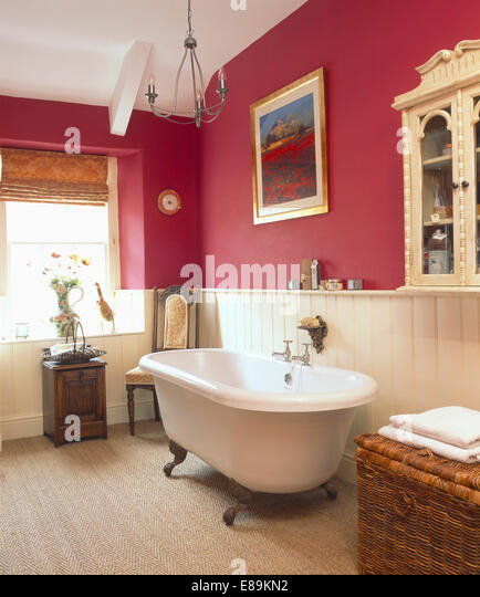 Rolltop bath stock photos rolltop bath stock images alamy for Pink and cream bathroom