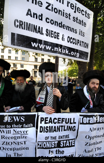 The Neturei Karta are a Jewish group opposed to the Zionist state and occupation of Palestine Stock Photo