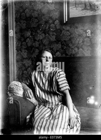 Femme assise stock photos femme assise stock images alamy for Nue dans son salon