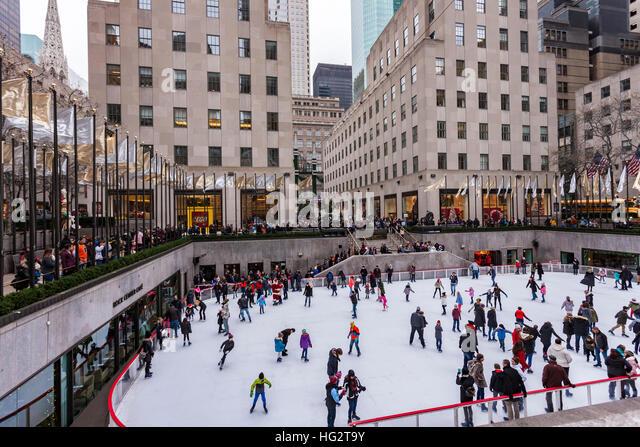 Rockefeller Plaza Ice-skating-at-the-rockefeller-plaza-new-york-hg2t9y