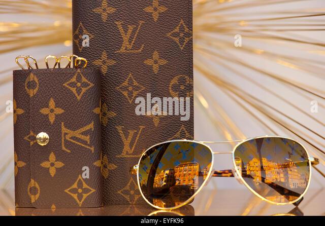 Tassen Louis Vuitton Bijenkorf : Bijenkorf stock photos images alamy