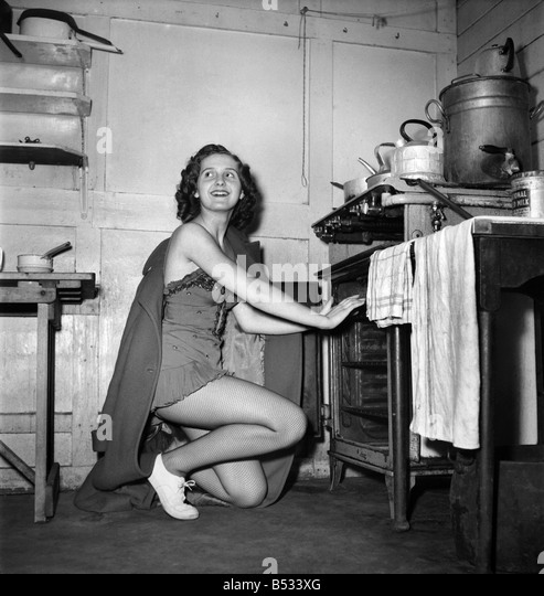 1950s Housewife Cooking Stock Photos & 1950s Housewife ...