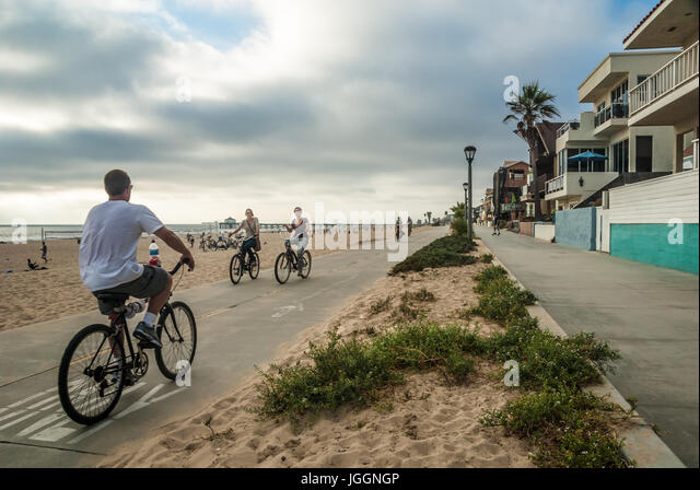 People enjoying beach life along The Strand in Manhattan Beach, California. (USA) - Stock Image