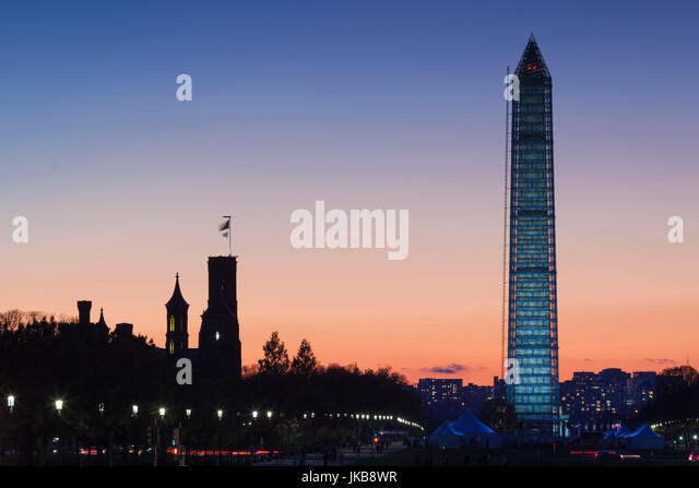 USA, Washington DC, National Mall, Smithsonian Castle and Washington Monument, dusk - Stock Image