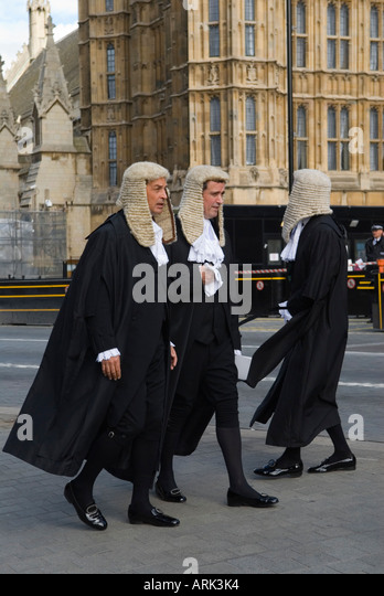 lawyers-barristers-in-wigs-and-gowns-lon