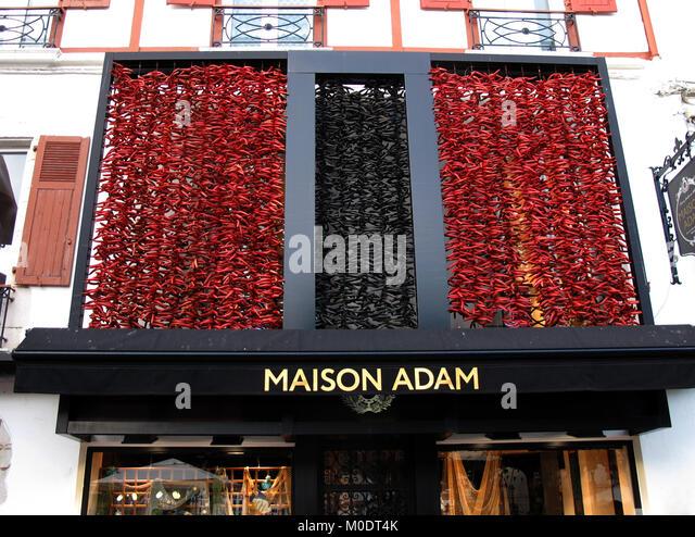 Maison adam free piments rouges et noirs sur la faade de for Alexandra decoration biarritz