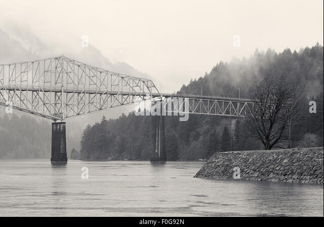 cascade locks women Day four: pendleton, oregon to cascade locks,  the nice woman at the front desk welcomed me and my  jeff and i drove down to look at the cascade locks, .
