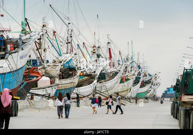 Holiday outing to see the pinisi, Sunda Kelapa Harbour, Jakarta, Indonesia - Stock Image