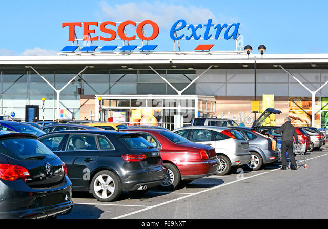 Car Supermarket: Shoppers Shopping Tesco Stock Photos & Shoppers Shopping