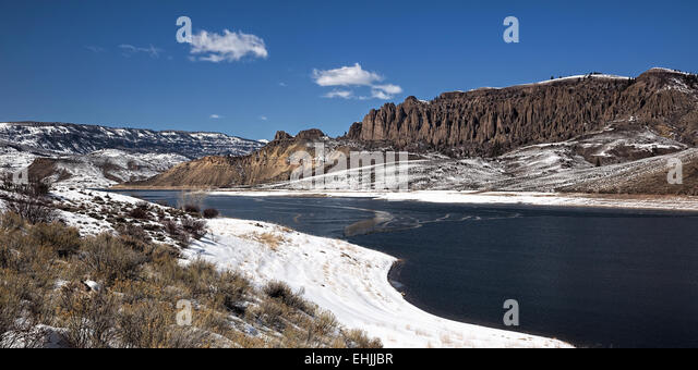 snowy-mountains-surrounding-partial-froz