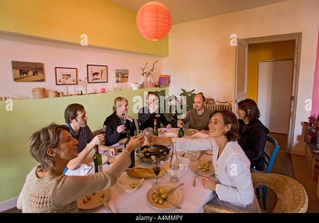 Trinquer stock photos trinquer stock images alamy for Lunch entre amis