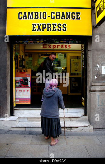 Scrounging stock photos scrounging stock images alamy for Oficinas western union madrid