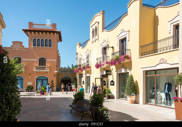 Barcelones stock photos barcelones stock images alamy for Las rocas outlet barcelona