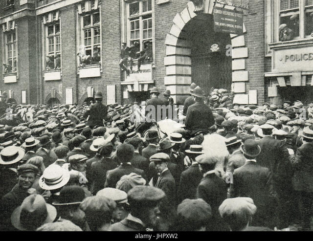 Eager early recruits for Kitchener's Army, Whitehall, London - Stock Image