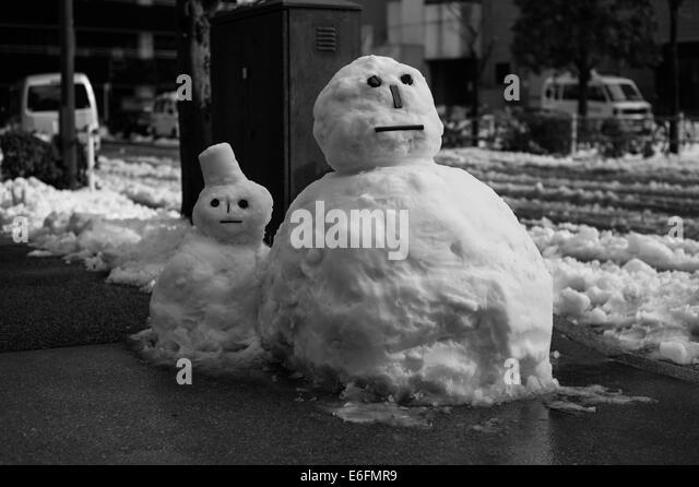 two-snowmen-on-a-side-street-in-tokyo-e6