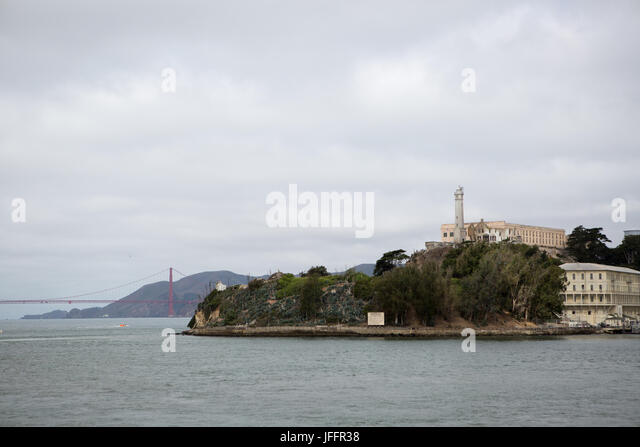 A scenic view of Alcatraz Island, the Alcatraz Federal Penitentiary and the Golden Gate Bridge. - Stock Image
