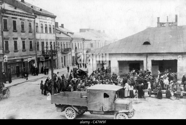 https://l7.alamy.com/zooms/210c614fce1346d5801716952d0b57dd/civilians-on-a-street-in-tarnopol-1917-c47w9f.jpg