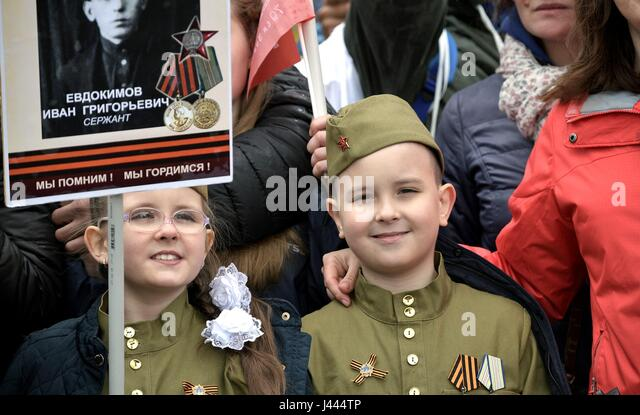 Moscow, Russia. 9th May, 2017. Russian children dressed in World War II Soviet army uniforms join in the Immortal - Stock Image