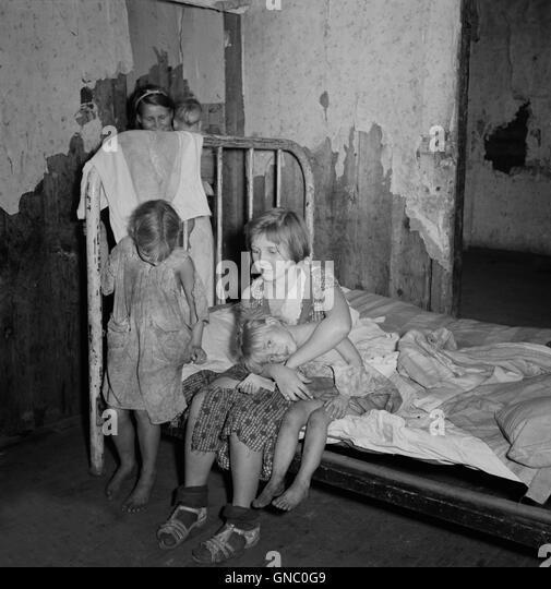 coal-miners-children-in-bedroom-pursglov
