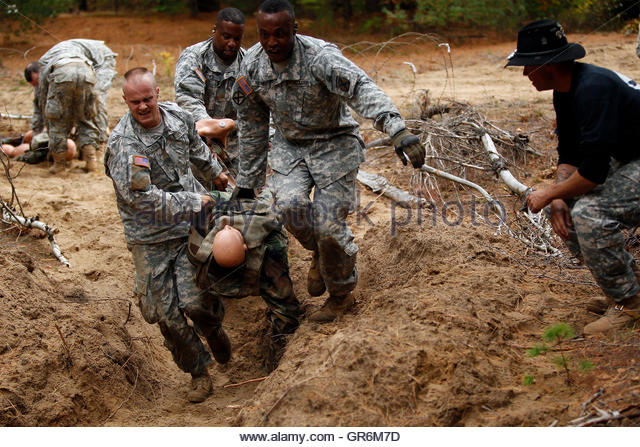 Army Soldiers During Training Stock Photos & Us Army Soldiers During ...