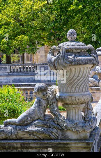 Statue nimes provence france statue stock photos statue nimes provence france statue stock - Petit jardin proven nimes ...