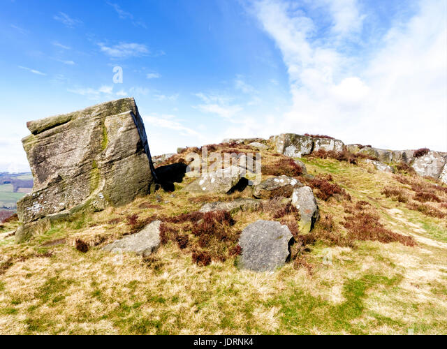 Gritsone boulders strew across the dome shaped top of Curbar Edge - Stock Image