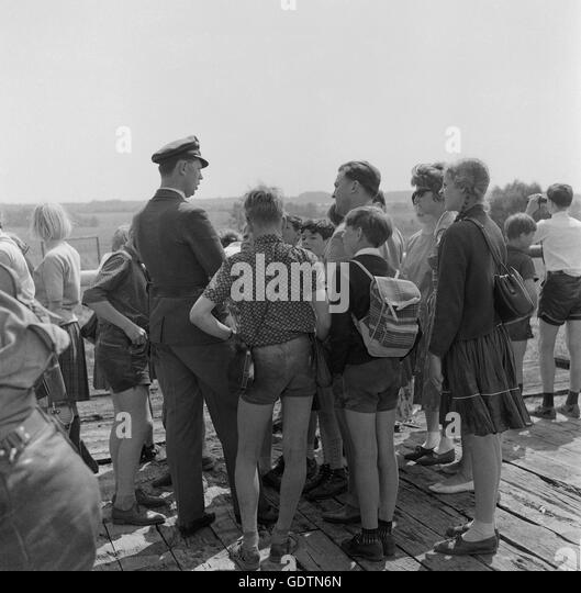 tourists at the zonal border 1964 stock bilder - Bordre Bad Bilder