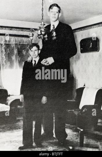 ¿Cuánto mide Robert Wadlow? Robert-wadlow-1918-1940-worlds-tallest-man-@-8111-1938-btjtft