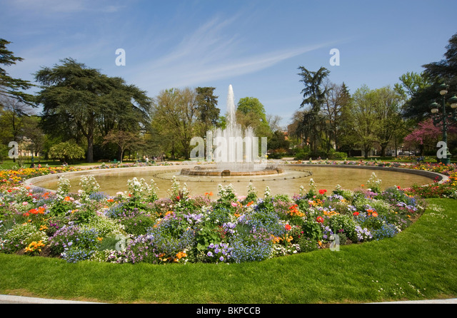 Well stocked garden stock photos well stocked garden stock images alamy for Jardin grand rond toulouse