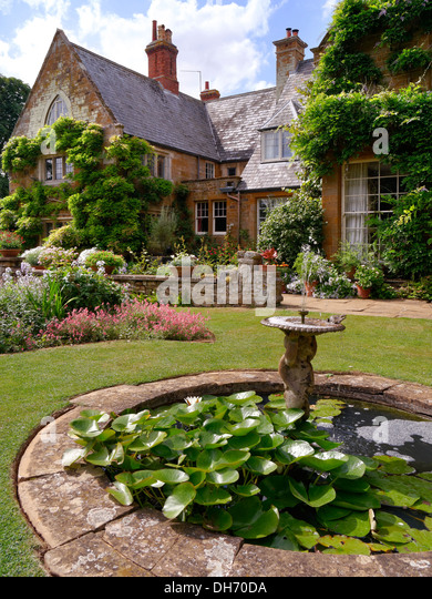 Edging lawn stock photos edging lawn stock images alamy for Small round pond