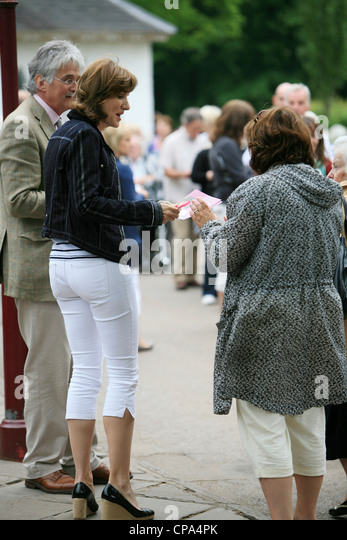 Bbc Television Presenter Fiona Bruce Filming The Antiques Road Show Cpa Pk on Rhinoceros Rear End