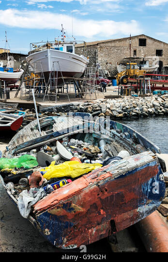 Boat load of rubbish at the boat yard in Ermoupoli. - Stock Image