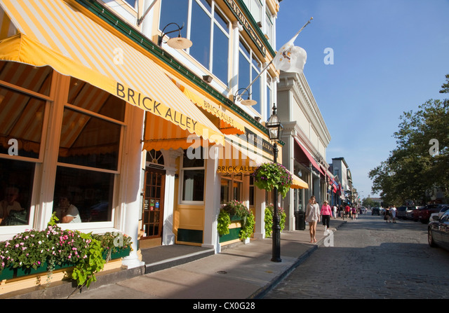 Popular Thames Street in downtown Newport, Rhode Island. - Stock Image