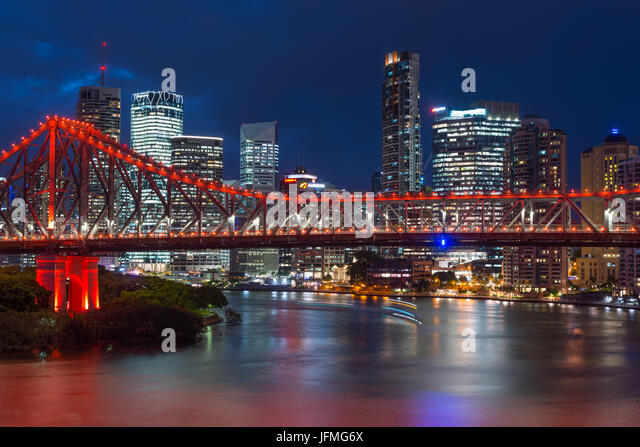 Story Bridge lit up after dark, Brisbane, Australia - Stock Image