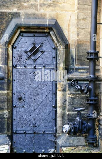Ste&unk door at Prague castle taken in April 2017 - Stock Image & Dungeon Door Stock Photos \u0026 Dungeon Door Stock Images - Alamy