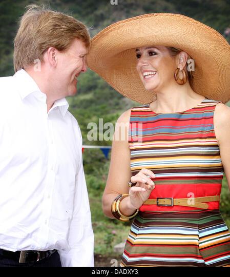 dutch-crown-prince-willem-alexander-and-princess-maxima-visit-a-sporthall-dadxy3.jpg