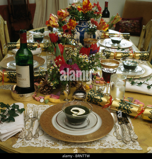 Holiday Place Settings: Christmas Crackers Gold Stock Photos & Christmas Crackers