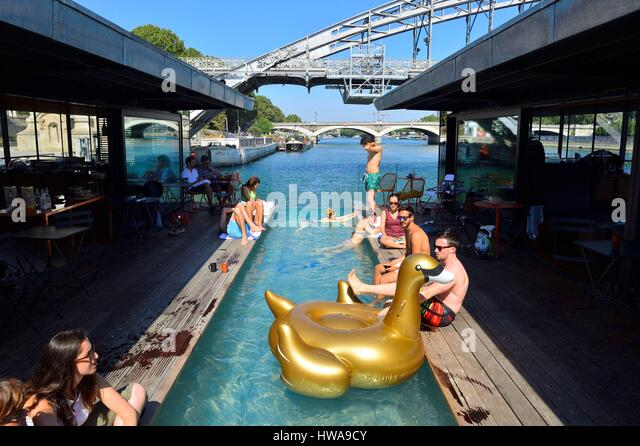 Floating bar stock photos floating bar stock images alamy for Floating swimming pool paris