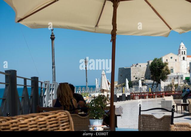 Italy food eating outdoors stock photos italy food eating outdoors stock images alamy for Puglia garden city ny