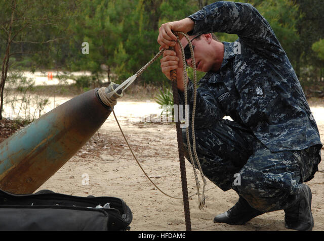 navy explosive ordnance disposal school