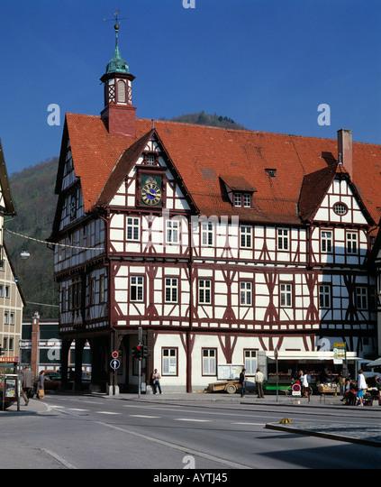 Marktplatz und Fachwerkrathaus in Bad Urach, Schwaebische Alb, Baden