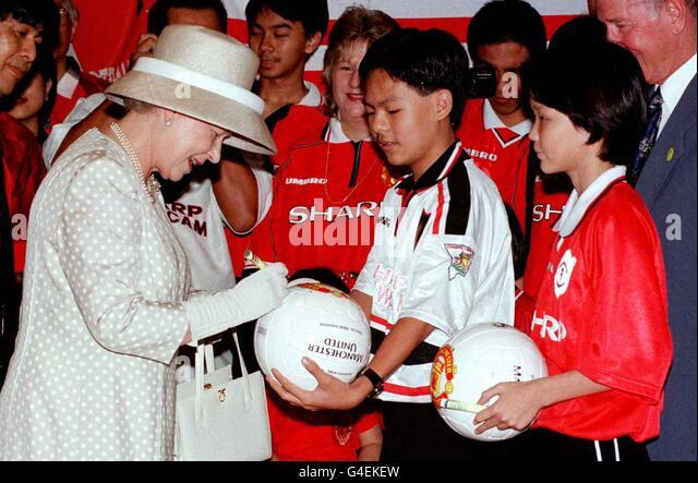 Znalezione obrazy dla zapytania queen elizabeth football
