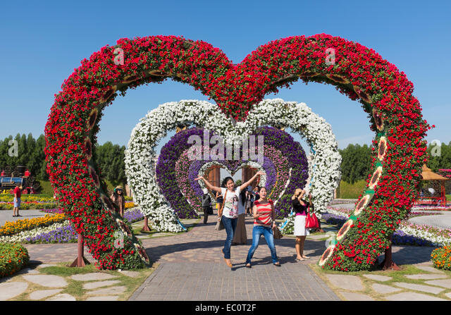 Donde estas corazón. - Página 3 Flower-covered-love-heart-arches-at-miracle-garden-the-worlds-biggest-ec0t2f
